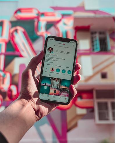 gros plan sur un ecran de téléphone avec instagram ouvert